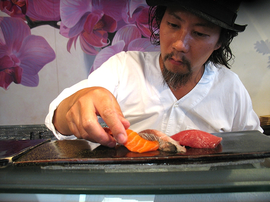 Satoshi Kiyokawa preparing our nigiri platter (photograph posted by permission).