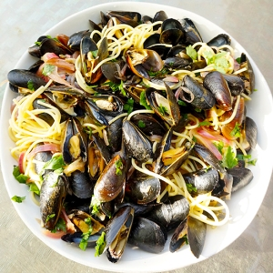 Mussels in Lemon-Garlic-Wine Sauce