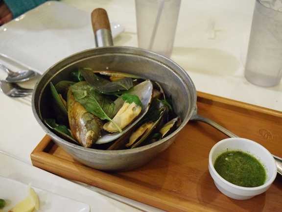 Lots of plump mussels and the dipping sauce was very good, and reminiscent of Indian cilantro-chilli chutney.