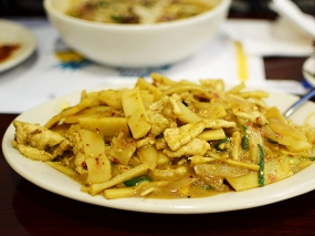The curry chicken/pork over rice noodles can also be quite decent, especially if you ask for it to be quite spicy.