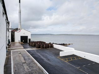 Bowmore: Old casks by the sea
