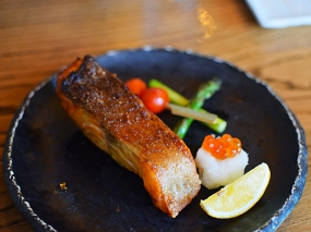 Aburiya Raku: Grilled salmon combination