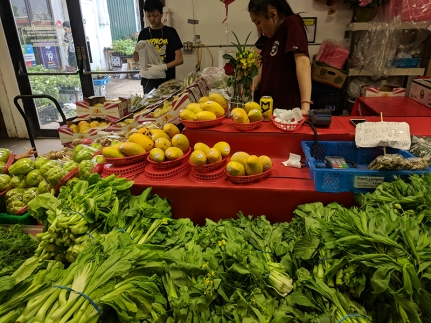 Hmongtown Marketplace: Fruit and greens
