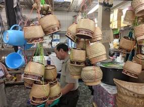 Hmongtown Marketplace: Baskets for steamed/sticky rice