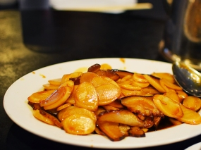 While the pork belly with lotus roots has changed in style, the version with rice cake is still the same.