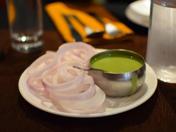 Handiwala, Onions, chutney