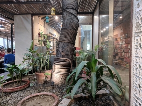 Cafe Lota, Interior