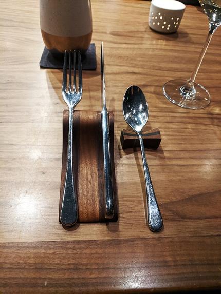 Demi, More cutlery