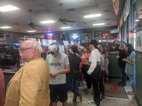 Joe's Kansas City, The line starts outside and winds in