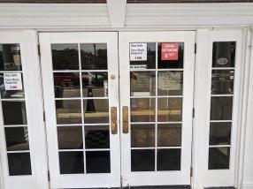Gates Bar-B-Q, Entrance